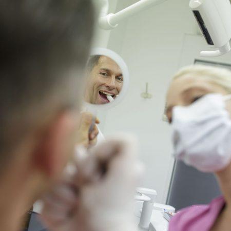 dentalhygienikerin behandelt patienten in einer zahnarztpraxis in stuttgart